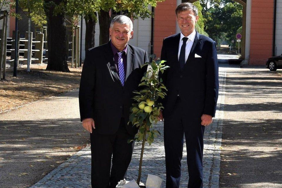 Landtagspräsident Dr. Matthias Rößler überreichte symbolisch ein Apfelbäumchen